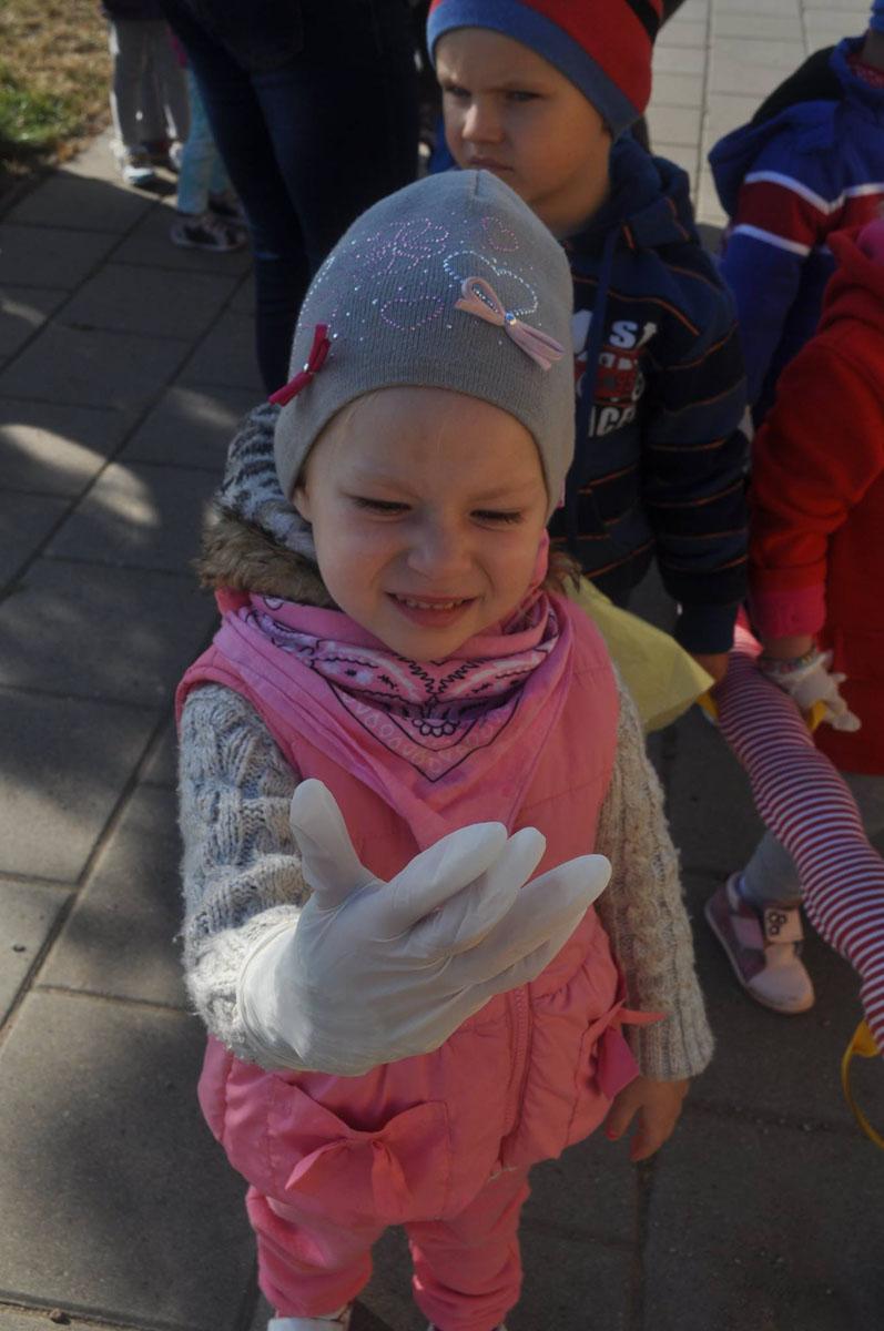 """Wychowankowie przedszkola """"U LOLKA"""" sprzątają świat."""