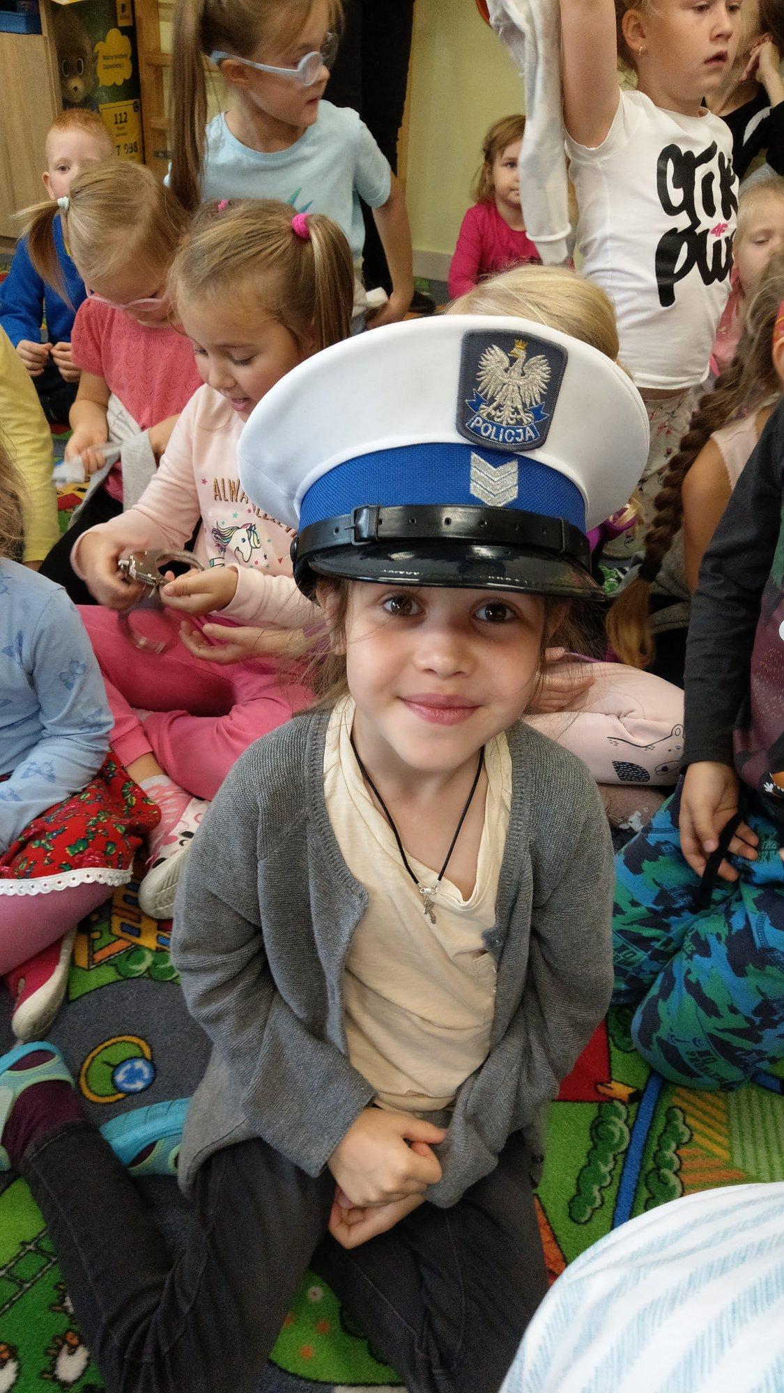 """""""O bezpieczeństwo dbamy – rad policjanta uważnie słuchamy"""" –  wizyta policjantów w przedszkolu"""